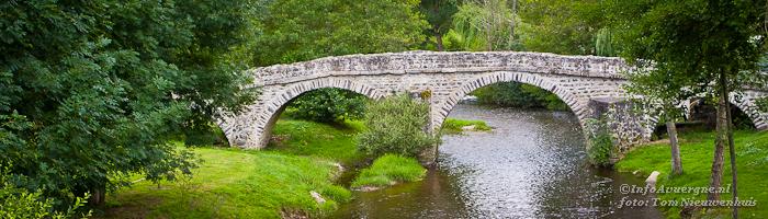 Eeuwenoude brug bij Domeyrat