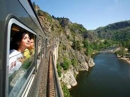 Toeristische trein door de kloof van de Allier